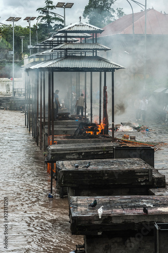 Fotografía PASHUPATINATH, NEPAL - AUGUST 13, 2018: Funeral pyres are tended for many hours