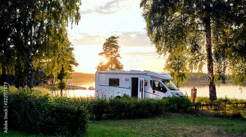 Wohnwagen Sonnenuntergang am See in Schweden Urlaub Fotobehang