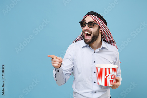 Платно Excited arabian muslim man in keffiyeh kafiya ring igal agal 3d imax glasses isolated on pastel blue background