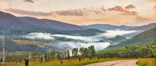 Fotografia Colorful evening the mountain valley. Beauty of nature