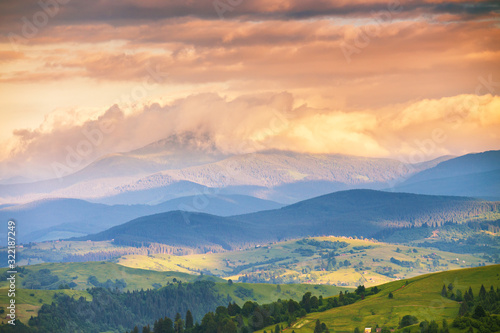 Fotografia panoramic summer mountains landscape, awesome evening sunset view on meadow
