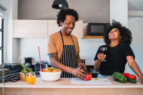 Fotografía Afro couple cooking together in the kitchen.