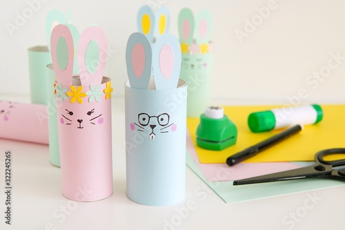 Foto Handmade Happy Easter decorations paper bunnies from toilet paper tube, easy crafts for kids