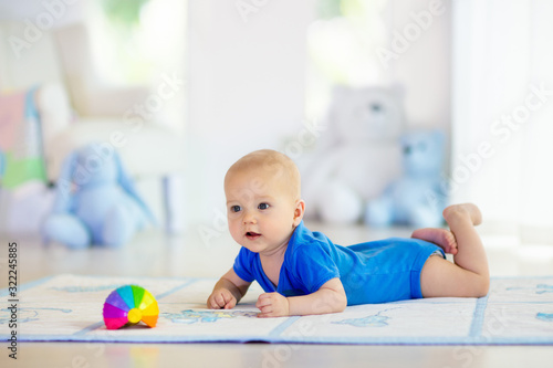Obraz Baby boy playing with toy ball - fototapety do salonu