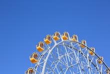 黄色いゴンドラが微かに揺れる大観覧車