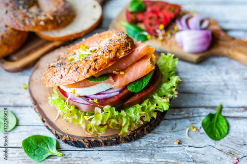 Fotografia Bagel with salmon and fresh vegetables.