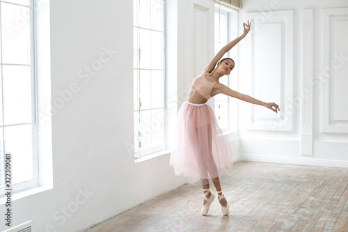 Photo horizontal photo of a dancing ballerina