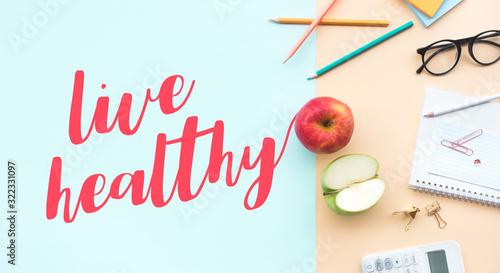 Photo Live healthy concepts with text and red,green apple on desk worktable background