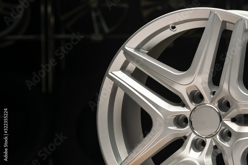 Cuadros en Lienzo alloy wheel silver, rim new car wheel on a black background close up