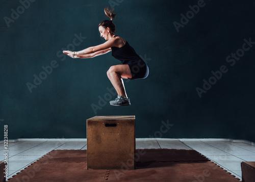 Obraz na plátne Mulher pulando