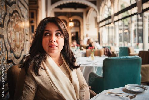 mujer sola en restaurante Wallpaper Mural