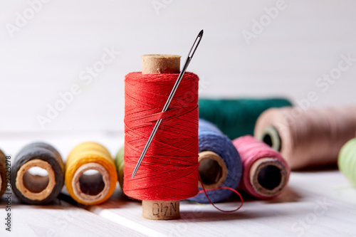 Fotografiet bobbins with thread and needles
