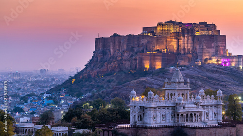Papel de parede The Jaswant Thada and Mehrangarh Fort in background at sunset, The Jaswant Thada is a cenotaph located in Jodhpur, It was used for the cremation of the royal family Marwar, Jodhpur