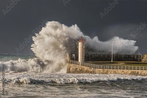 faro de ribadesella en un dia de tormente con grandes olas golpeando la costa