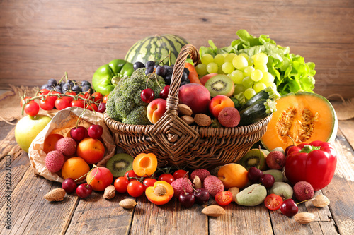 Fototapeta owoce   wicker-basket-with-fruit-and-vegetable