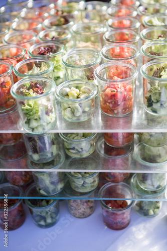 Catering auf einer Veranstaltung Salat gemischt Fotobehang
