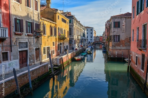 Valokuvatapetti Beautiful shot of canals and colorful buildings of Venice, Italy