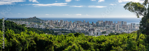 Fotografia Wide panoramic image of Waikiki, Honolulu and Diamond Head from the Tantalus Ove