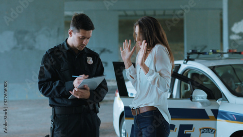 Photo Young frightened woman talk with policeman about an incident arrest criminal enf