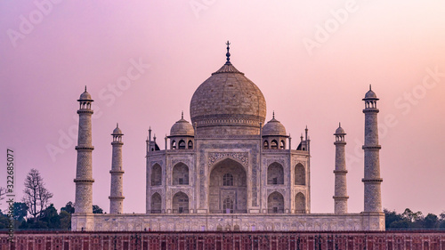 Photo Taj Mahal is an ivory white marble mausoleum on Yamuna river in the Indian city, Taj Mahal is most beautiful monuments in India and one of the wonders of the world, Agra, Uttar Pradesh, India
