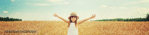 Foto A child in a wheat field. Selective focus.
