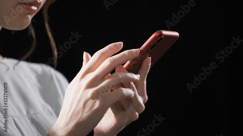 Photo スマートフォンを操作している女性