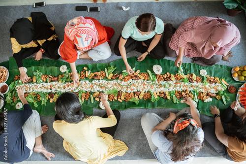 muslim asian woman social gathering at home having lunch together Slika na platnu