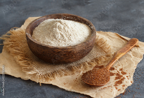 Fényképezés Teff flour in a bowl and teff grain with a spoon