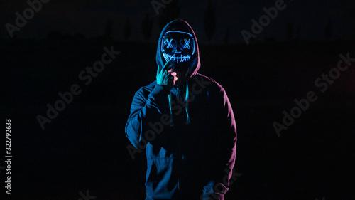 Photo Chico con una máscara de luces de la purga