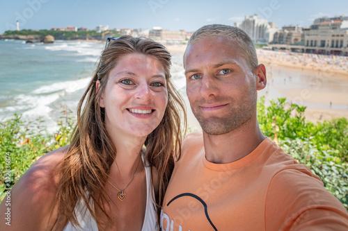 Portrait beau jeune couple heureux caucasian blond et brune au yeux bleu confian Wallpaper Mural
