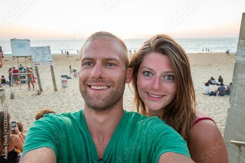 Photo Portrait beau jeune couple heureux caucasian blond et brune au yeux bleu confian