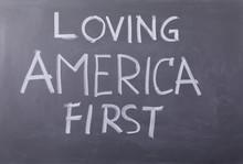 Amo L'America First, Scritta C...
