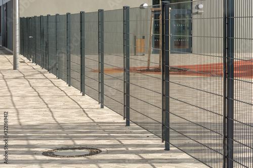 Obraz na płótnie Moderner Metallzaun aus Doppelstabmatten zur sicheren Einzäunung eines Paussenho