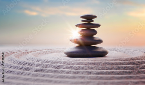 Foto Zen-like balanced stones in stack. Harmony and meditation concep