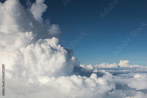 puszyste-chmury-cumulonimbus-na-duzej-wysokosci-nad-glebokim-blekitnym-niebem-koncepcja-nieba-wolnosci-czystosci