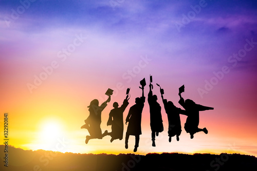 Photo The Silhouette of  graduation group celebrating and jumping on mountain