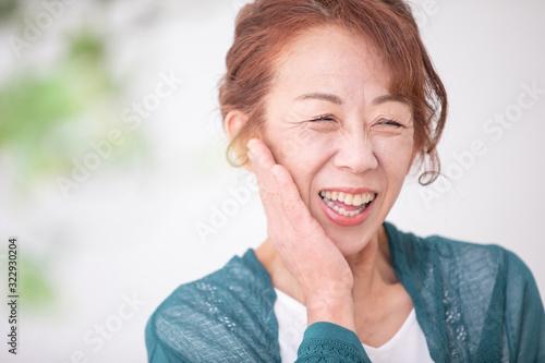 Fototapeta メイクする中高年の女性