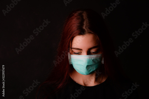 Frau jung hübsch mit atemschutzmaske virus corona coronavirus grippe schutz mask Canvas Print