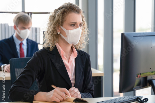 plakat caucasian businesspeople with medical mask for coronavirus covid-19 protection working in office