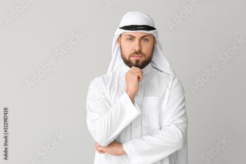 Photo Handsome Arab man on grey background