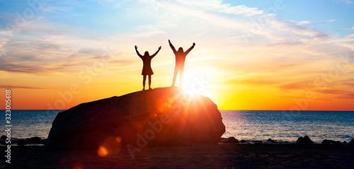 Paar bei Romantischer Stimmung bei Sonnenuntergang Wallpaper Mural