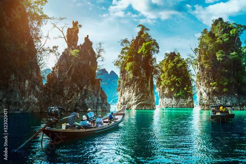 Photo Group of adventure travelers on boat joy beautiful nature scenic landscape Khao