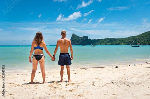 Portrait beau jeune couple heureux caucasian blond brune au yeux bleu confiance Canvas Print