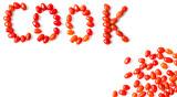 Pomidory paprykowe na białym tle z wolna przestrzenią. Napis gotować ułożony z pomidorów.