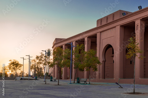 Obraz Marrakesz budynek łuki orient wieczór - fototapety do salonu