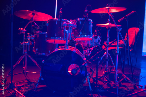 Cuadros en Lienzo drums on stage before a concert