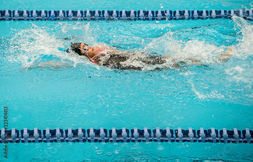 Photo Swimming athlete girl with backstroke during competition