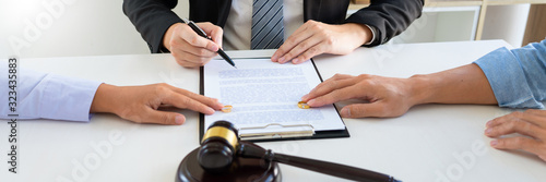 Photo Judge gavel deciding on agreement prepared marriage divorce and Angry couple arguing telling their problems settlement, legal separation concept