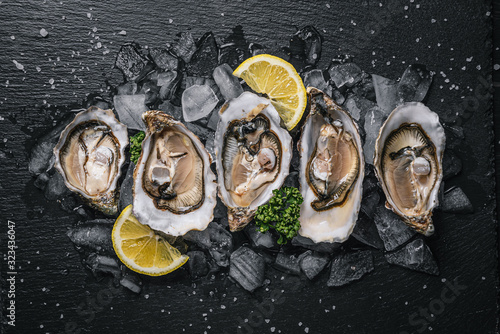 Fresh oysters with lemon ice and white wine. Slika na platnu