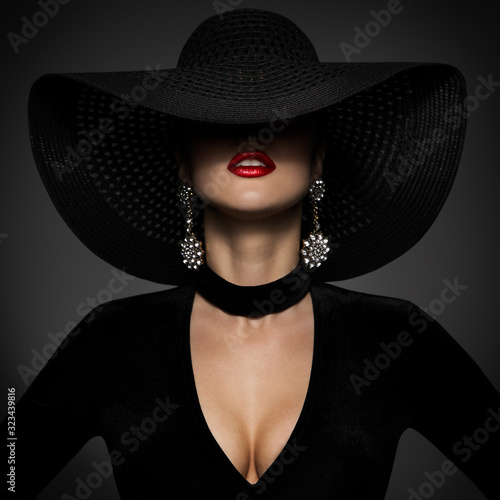 Fashion Model in Sexy Black Dress, Elegant Woman Beauty in Wide Broad Brim Hat covered face Fototapete